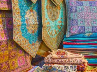 Luxury Persian brocade, made of silk and wool with intricate patterns of golden and colored threads, Vakil Bazaar, Shiraz, Iran. Фото efesenko - Depositphotos