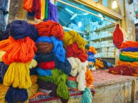 Иран. Шираз. Рынок Вакиль. The warehouse in Vakil Bazaar with large amount of colored woolen skeins of yarn for carpets and production, Shiraz. Фото efesenko-Deposit