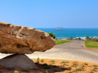 Израиль. Ашдод. Sculptural composition made from heavy rock in urban park with beautiful view on Mediterranean sea in Ashdod, Israel. Фото rglinsky - Deposit