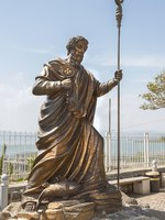 Клуб Павла Аксенова. Израиль. Капернаум. Статуя апостола Петра. Statue of apostle Peter, Capernaum, sea of Galilee, Israel. Фото irisphoto11 - Depositphotos