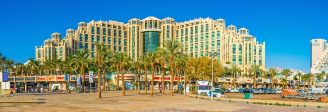Израиль. Эйлат. The center of the luxury Israeli resort is occupied by the modern hotel complexes and shopping centers in Eilat. Фото efesenko - Depositphotos