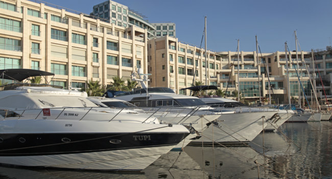 Израиль. Герцлия. Modern architecture and luxury yacht moored at marina, Herzliya, Israel. Фото felker - Depositphotos