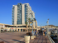 Израиль. Герцлия. Tourists on promenade and The Ritz-Carlton Herzliya Hotel in Herzliya Marina, Israel. Фото felker - Depositphotos