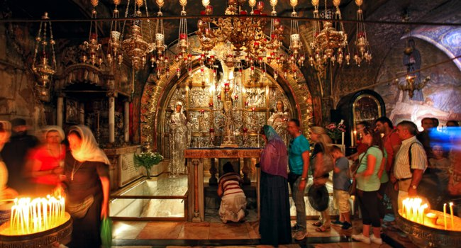 Израиль. Иерусалим. Храм Гроба Господня. Holy Sepulchre Church. Jerusalem. Israel. Pilgrims queue at altar of Golgotha. Фото rglinsky - Depositphotos