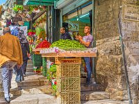 Израиль. Иерусалим. The noisy merchants offers fresh fruits and vegetables in Bazaar at Damascus Gate in Jerusalem. Фото efesenko-Depositphotos