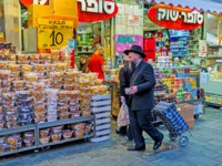 Израиль. Иерусалим. The cookies and  marshmallows in blister packs attracts the clients in Mahane Yehuda market in Jerusalem. Фото efesenko-Depositphotos