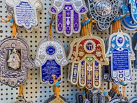 Израиль. Иерусалим. The hamsa with the wishes of good luck and protection prayer is the souvenir from the Middle East countries, Jerusalem. Фото efesenko-Deposit
