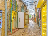 Израиль. Цфат. The numerous stalls of Gallery street wait for the tourists and offer different souvenirs in Safed. Фото efesenko-Depositphotos