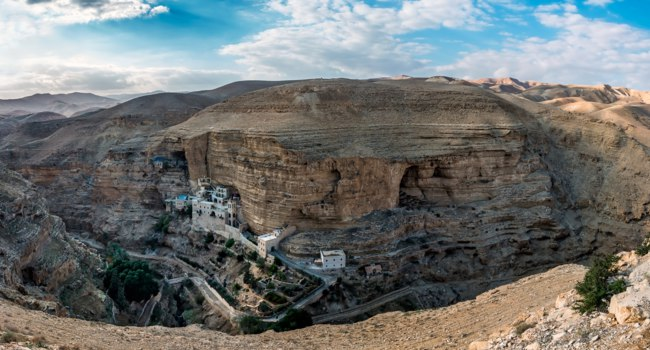 Израиль. Монастырь святого Георгия. Monastery of St. George Hosevit over the cliff in the gorge of Wadi Kelt. Фото makarenko-Depositphotos