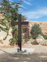 A large wooden cross near the grave in the cemetery in the monastery of St. George Hosevit near Mitzpe Yeriho in Israel. Фото svarshik1-Deposit