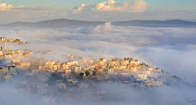 Клуб Павла Аксенова. Израиль. Назарет. Biblical village Cana of Galilee ( Kafr Kanna ) in morning fog, Nazareth in Israel. Фото irisphoto11-Deposit
