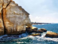 Израиль. Галилея. Rosh HaNikra is a geologic formation on the border between Israel and Lebanon, It is a white chalk cliff face which opens up into spectacular grottos