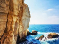 Израиль. Галилея. Rosh HaNikra  is a geologic formation on the border between Israel and Lebanon, It is a white chalk cliff face. Фото atosan - Depositphotos