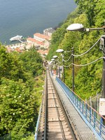 Италия. Озеро Комо. Track on the funicular railway in Como which takes visitors up the steep mountain for views of the town and Lake Como. Фото CeriBreeze-D