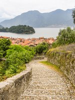 Италия. Озеро Комо. Stone steps on the route of a walking trail along part of Lake Como. Фото CeriBreeze - Depositphotos