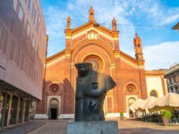 Италия. Милан. Piazza del Carmine in front of the Santa Maria del Carmine church, sculpture by polish sculptor Igor Mitoraj. Фото samurkas - Depositphotos