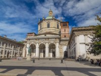 Италия. Милан. Facade of San Lorenzo Maggiore Basilica timelapse hyperlapse(Saint Lawrence the Major Cathedral). Фото neiezhmakov-Deposit
