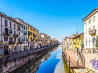 Италия. Канал Навильо-Гранде в Милане. Tourists at the Naviglio Grande canal waterway in Milan, Italy. Фото claudiodivizia - Depositphotos