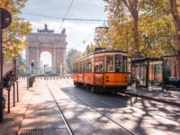 Италия. Трамвай на улицах Милана. Famous vintage tram in the centre of the Old Town of Milan in the sunny day, Lombardia, Italy. Фото olgacov - Depositphotos