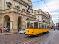 Италия. Трамвай на улицах Милана. A public tram passing the La Scala opera house in central Milan. Фото Cornfield - Depositphotos