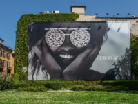 Италия. Архитектура Милана. Illustrative editorial of giant Giorgio Armani advertimsement on wall facade. Фото Brasilnut - Depositphotos