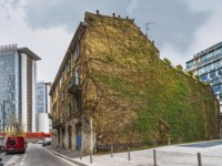 Италия. Архитектура Милана. House with creeping plants at the city streets. Milan, Lombardia, Italy. Фото yorgy67 - Depositphotos