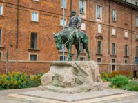 Италия. Милан. The bronze Statue of Giuseppe Missori on horse with red brick wall in background and near Piazza de Duomo in historical center of Milan. Фото