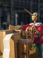 Италия. Милан. Milan (Lombardy, Italy), wooden music box with Pinocchio. Фото Claudio Giovanni Colombo Depositphotos
