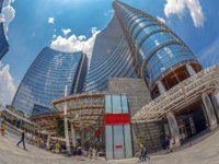 Италия. Архитектура Милана. Wide angle view of the skyscrapers in Gae Aulenti square the financial district at Porta Garibaldi, Unicredit Bank Tower. Milan