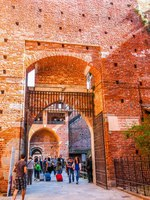 Италия. Милан. Замок Сфорца. People visiting the Sforza Castle aka Castello Sforzesco which is the oldest castle in town. Фото claudiodivizia-Depositphotos