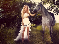 Beautiful young bride with horse in garden. Фото Pawel Sierakowski - Depositphotos