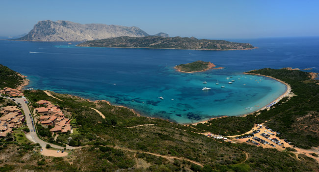 Италия. Сардиния. Aerial view of Tavolara island and Capo Coda Cavallo-Sardinia-ItalyФото jarre - Depositphotos
