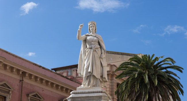 Клуб путешествий Павла Аксенова. Сардиния. Ористано-Арборея. Statue of Eleanor in the square, Oristano, Sardinia.  Фото Spritz77 - Depositphotos