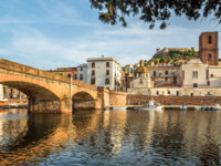 Клуб путешествий Павла Аксенова. Сардиния. Ористано-Арборея. Bosa with old bridge over river Temo in Sardinia. Фото milosk50 - Depositphotos