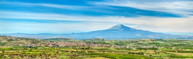 Италия. Сицилия. Катания. Panorama of Sicily with Mount Etna and Scordia town. Southern Italy. Фото Leonid_Andronov - Depositphotosl