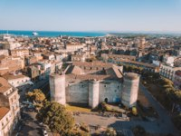 Италия. Сицилия. Катания. Aerial view of the Civic Museum at the Castello Ursino in Catania, Sicily with the sea on the horizon. Фото ingus.kruklitis-Depositphotos