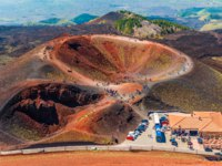 Италия. Сицилия. Катания. Stunning view at the volcanic crater and groups of tourists walking around it. Mount Etna, Sicily, Italy. Фото RS.photography - Depositphotos