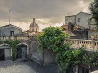 Италия. Сицилия. Катания. View of courtyard in historic centre in Catania. Sicily, Italy. Фото Bareta - Depositphotos