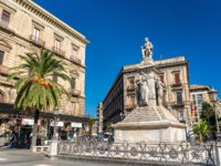 Италия. Сицилия. Катания. Monument to Vincenzo Bellini on Stesicoro Square in Catania - Sicilia, Italy. Фото Leonid_Andronov - Depositphotos