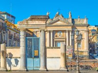 Италия. Сицилия. Катания. Entrance of the Roman Amphitheatre in Catania, Sicily. Фото Zoooom - Depositphotos