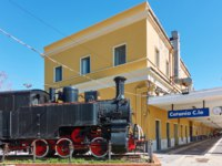 Италия. Сицилия. Катания. Old steam locomotive and building of main railroad station in Catania (Catania Centrale), Sicily, Italy. Фото Zoooom - Depositphotos
