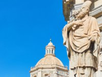 Италия. Сицилия. Катания. Saint James statue in the front of Saint Agatha Cathedral of Catania and the blue sky, Sicily, Italy. Фото Zoooom - Depositphotos