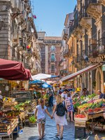 Италия. Сицилия. Катания. The colorful and vivid market of Catania on a summer morning, in Sicily, southern Italy. Фото e55evu - Depositphotos