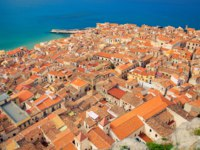 Клуб путешествий Павла Аксенова. Италия. Сицилия. Панорама Чефалу. Beautiful view of Cefalu orange roofs, Sicily. Фото Anita_Bonita-Depositphotos