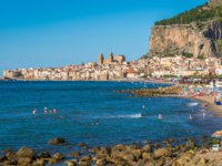 Клуб путешествий Павла Аксенова. Италия. Сицилия. Панорама Чефалу. Panoramic view of Cefalu in the summer. Sicily (Sicilia), Italy. Фото e55evu - Depositphotos