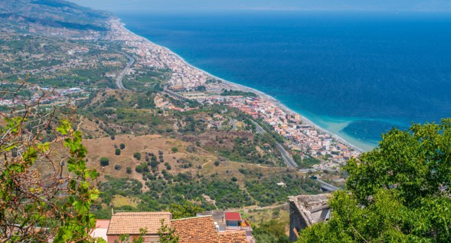 Италия. Сицилия. Форца-д'Агро (Forza d'Agro). Panoramic view from Forza d'Agro. Province of Messina, Sicily, southern Italy. Фото e55evu - Depositphotos