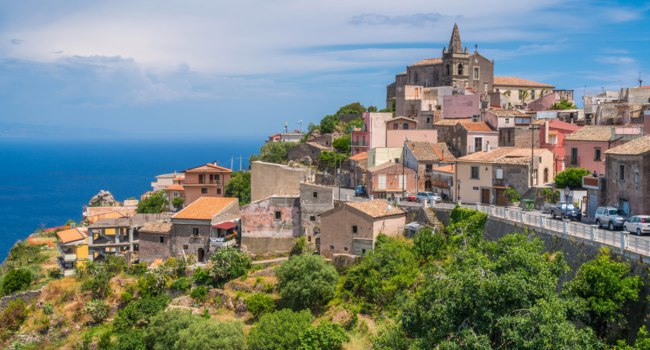 Италия. Сицилия. Форца-д'Агро (Forza d'Agro). Scenic view in Forza d'Agro, picturesque town in the Province of Messina, Sicily, Italy. Фото e55evu - Depositphotos