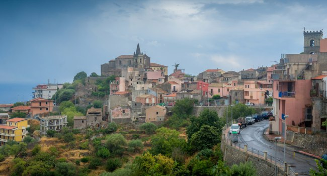 Италия. Сицилия. Форца-д'Агро (Forza d'Agro). Forza dAgro landscape view with city and castle in cloudy weather. Sicily, Italy. Фото Steffus - Depositphotos