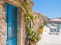 View of a typical rustic house in Marzamemi, a small fisher village in southeastern Sicily, and the main town square. Фото siculodoc - Depositphotos