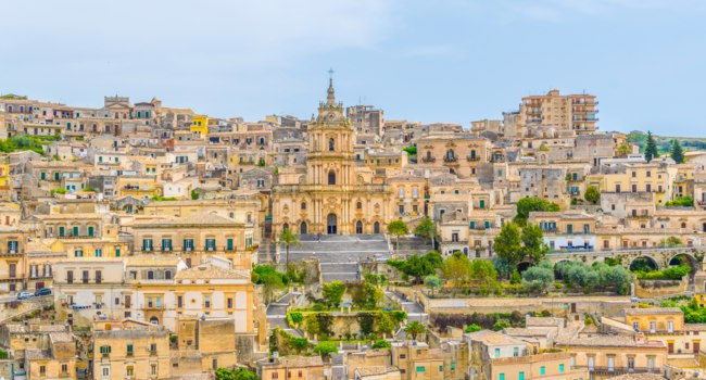 Клуб путешествий Павла Аксенова. Италия. Сицилия. Модика. Aerial view of modica overlooking cathedral of saint george, Sicily, Italy. Фото Dudlajzov-Deposit